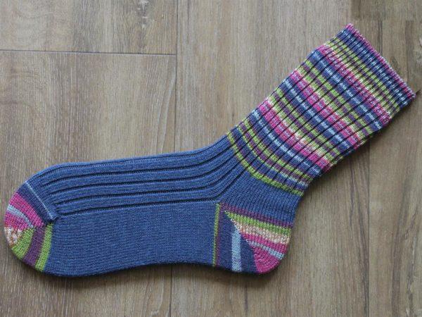 bont met blauwe gebreide sokken